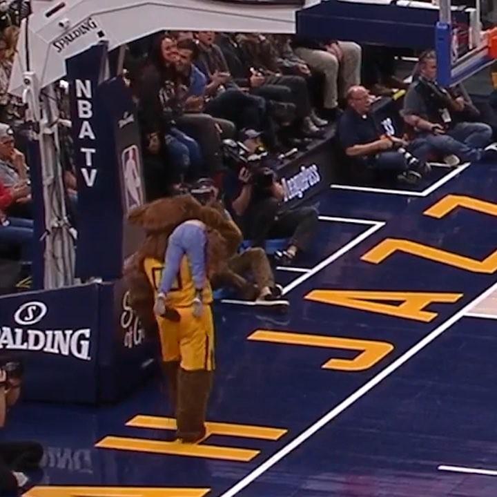 Під час гри НБА ведмідь украв дитину