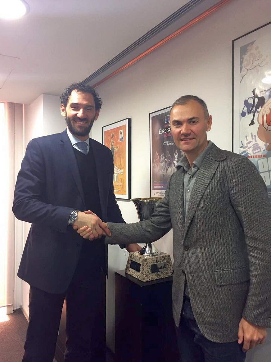 Юрій Колобов (на фото справа) та президент Федерації баскетболу Іспанії Хорхе Гарбахоса